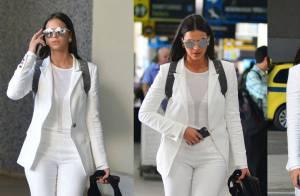 Bruna Marquezine usa look total white para desembarcar no Rio e faz foto com fã