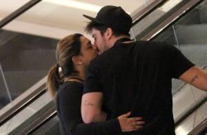 Preta Gil e o marido, Rodrigo Godoy, trocam beijos em noite de compras no Rio