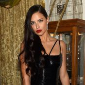 Adriana Lima participa de show de mágica e é 'cortada' ao meio em evento nos EUA