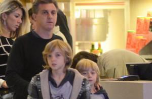 Luciano Huck leva os filhos Joaquim e Benício para assistir a filme em shopping