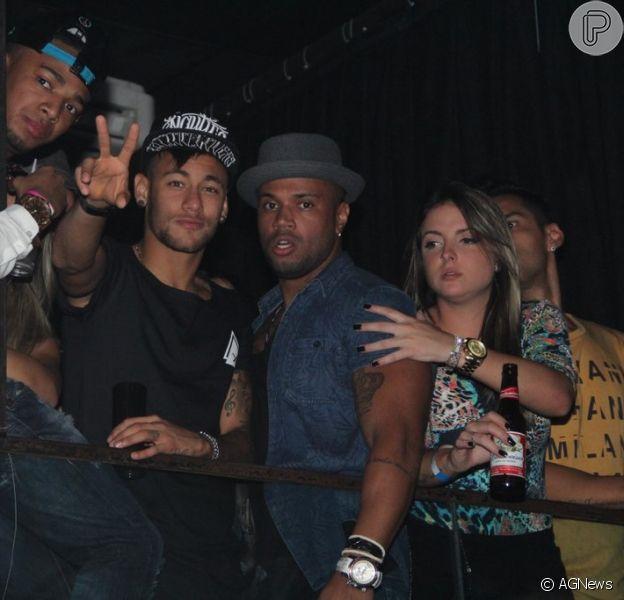Neymar curtiu a noite de domingo, dia 28 de junho de 2015, ao lado de amigos no show da cantora Anitta com Nego do Boréu