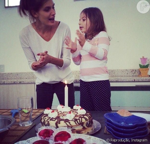 Carol Francischini festejou os 2 anos e 7 meses da filha, Valentina, postando foto da comemoração em sua conta de Instagram: 'Minha princesa'