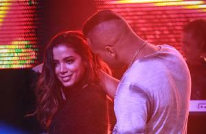 Anitta leva puxão de cabelo e tapinha no bumbum de fã durante show em boate
