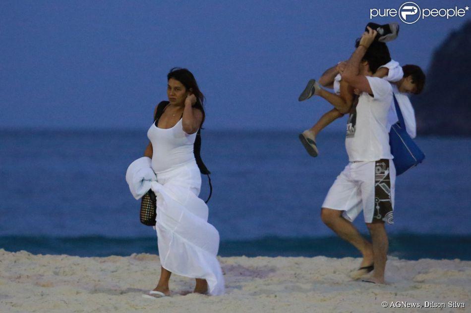 De vestido, Dira Paes mostra barriguinha de cinco meses de gestação. Atriz espera o segundo filho do casamento com o Pablo Baião. Os dois são pais de Inácio, de 7 anos