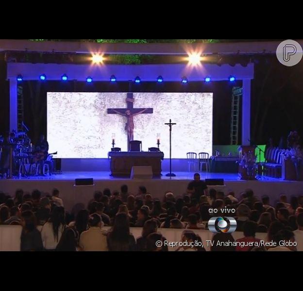 Missa do sétimo dia de Cristiano Araújo reúne 5 mil pessoas na Igreja Nossa Senhora da Assunção, em Goiânia. Cerimônia aconteceu no estacionamento da congregação para receber fãs do artista, morto em um acidente de carro no dia 24 de maio de 2015