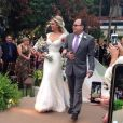 Louise D'Tuani usou um vestido longo do estilista Samuel Cirnansck no casamento com Eduardo Sterblitch. A atriz subiu ao altar acompanhada do pai, Antonio Augusto