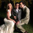 Já como marido e mulher, Louise e Eduardo se divertem com os convidados durante a festa de casamento