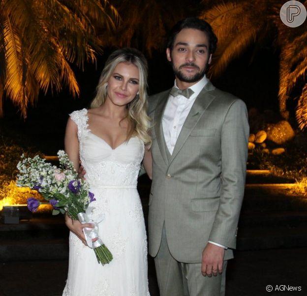 Louise D'Tuani e Eduardo Sterblich posam para fotos logo depois da cerimônia, realizada na Mansão das Heras, no Alto da Boa Vista