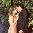 Letícia Colin foi ao casamento de Eduardo Sterblitch e Louise D'Tuani acompanhada pelo namorado, Leonardo Senna. A atriz escolheu um vestido longo, coral e de renda