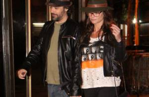 Alinne Moraes, atriz do filme 'Tim Maia', passeia com o mesmo estilo do namorado