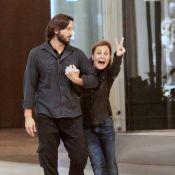 Adriana Esteves brinca com fotógrafo durante passeio com Vladimir Brichta