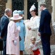 Kate Middleton e príncipe William cumprimentam a Rainha Elizabeth II, enquanto o príncipe George posa para os fotógrafos