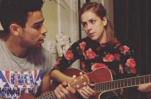 Sophia Abrahão canta e toca violão com o namorado, Sergio Malheiros, em vídeo