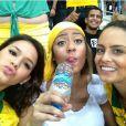 Bruna Marquezine e Rafaella Beckran posam com uma amiga durante jogo da seleção brasileira em Fortaleza em 19 de junho de 2013