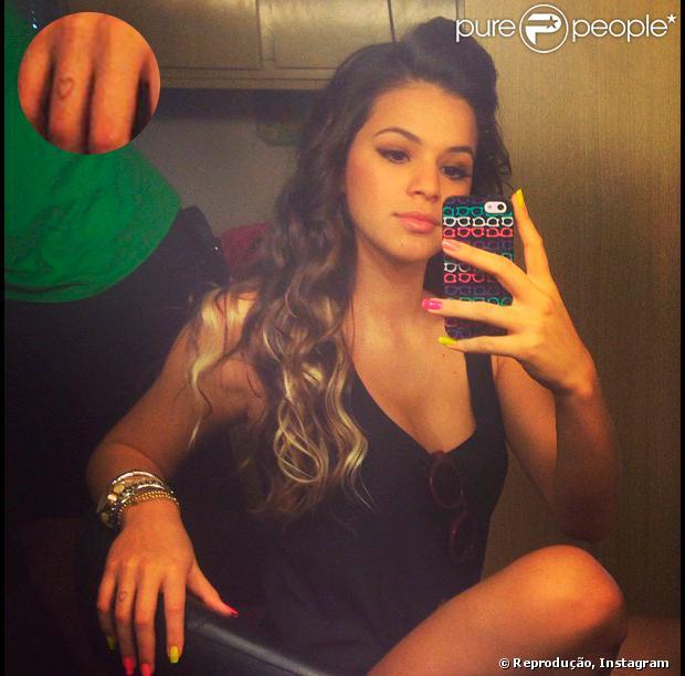 Bruna Marquezine, de volta ao trabalho, posta foto em que aparece com unhas coloridas e uma tatuagem de coração no dedo anelar direito em 21 de junho de 2013