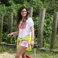 Bruna Marquezine posa com bicicleta durante ensaio para catálogo de marca de roupas