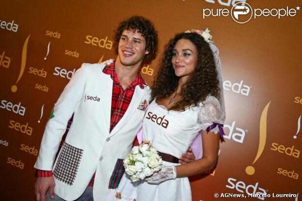 Débora Nascimento e José Loreto estiveram presentes na festa de São João, em Campina Grande, na Paraíba