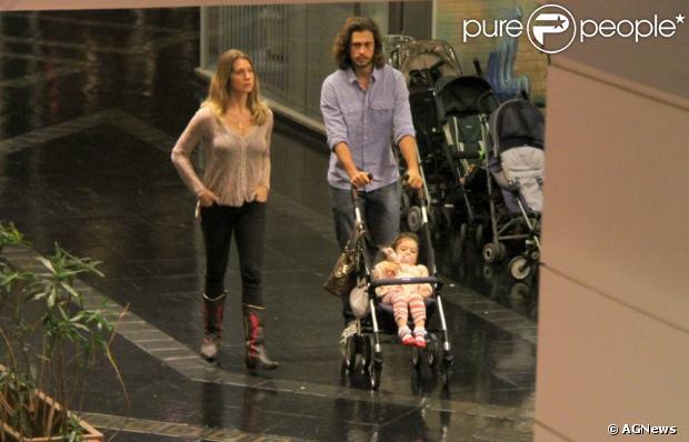Leticia Spiller passeia com o marido, Lucas Loureiro, e com a filha, Stella, de 2 anos. A atriz aparece pela primeira vez depois de colocar silicone e fazer lifting facial