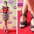 Para conferir o MTV Video Music Awards, Emma optou por uma sandália com salto que tem como diferencial o cadarço. Muitas vezes as celebridades ganham ou pegam emprestado as roupas para ir aos eventos. Será que é o caso da moça?