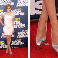 Com um sapato prata, a eterna Hermione da série 'Harry Potter' foi conferir o MTV Movie Awards em junho de 2011