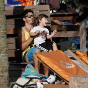 Thiago Rodrigues e Cristiane Dias curtem fim de tarde com o filho na praia