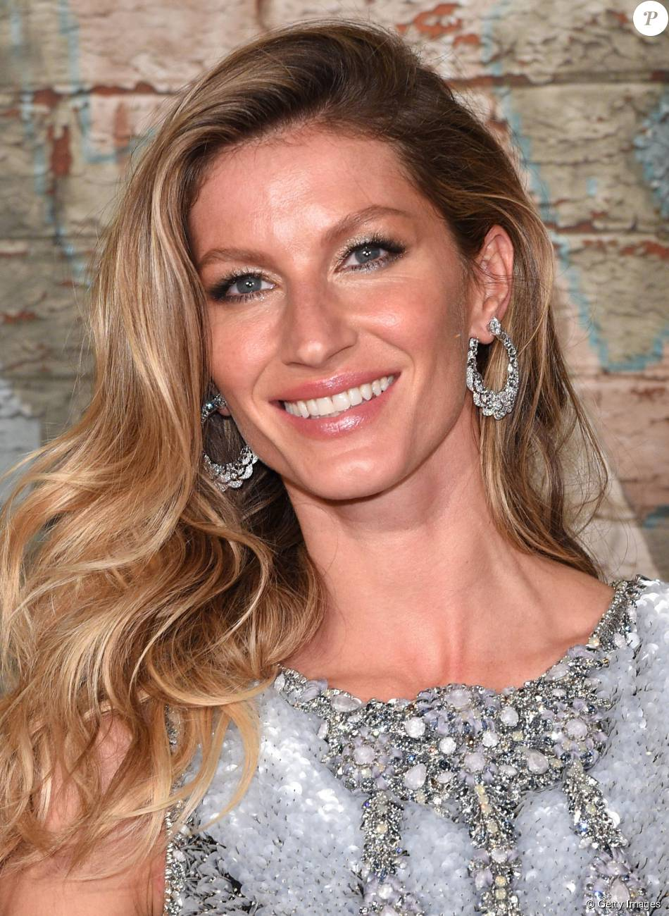 Gisele Bündchen está sendo alvo de rumores sobre possíveis cirurgias plásticas nos seios e nos olhos. O valor estimado das cirurgias é de US$ 11 mil, cerca de R$ 67 mil
