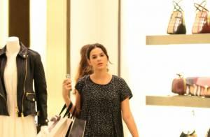 Bruna Marquezine vai às compras e tira fotos com crianças em shopping no Rio