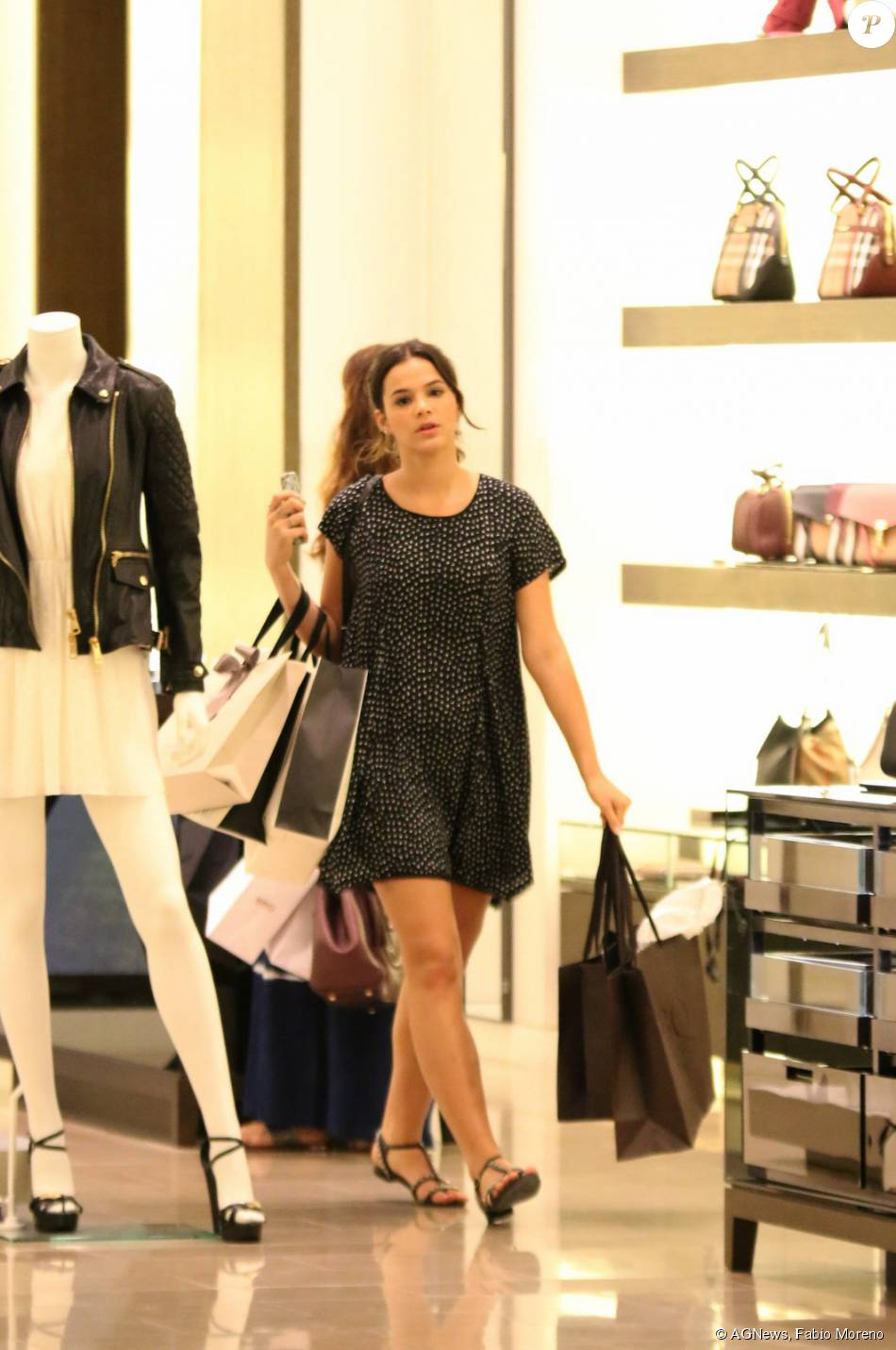 210115213a2 Bruna Marquezine vai às compras e tira fotos com crianças em ...