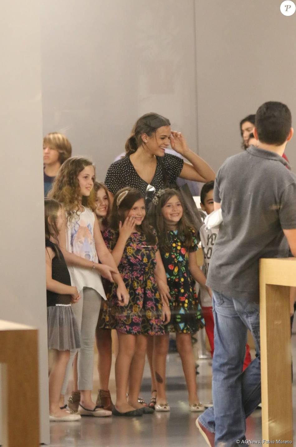 abb309e7611 A atriz Bruna Marquezine tirou fotos com um grupo de crianças que a  abordaram numa loja de aparelho celular em um shopping da Zona Oeste do Rio  de Janeiro