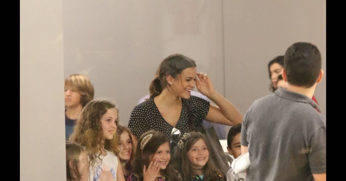 ad47948d1d8 A atriz Bruna Marquezine tirou fotos com um grupo de crianças que a  abordaram numa loja de aparelho celular em um shopping da Zona Oeste do Rio  de Janeiro - ...