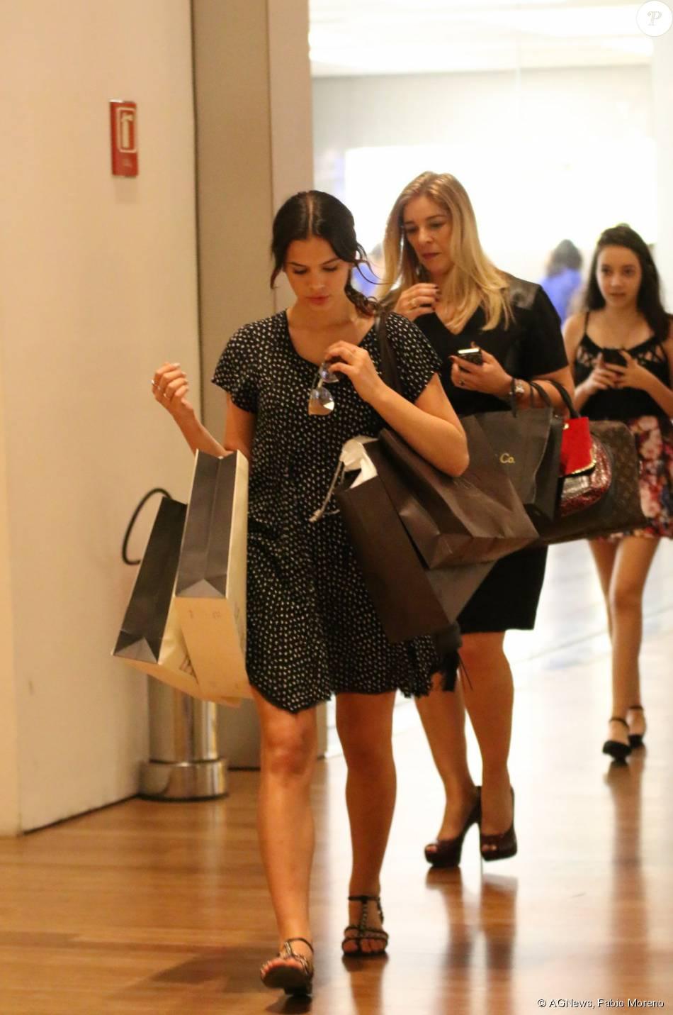 3a12436b2ce Bruna Marquezine comprou roupas nas lojas Bobô e Les Lis Blac ...