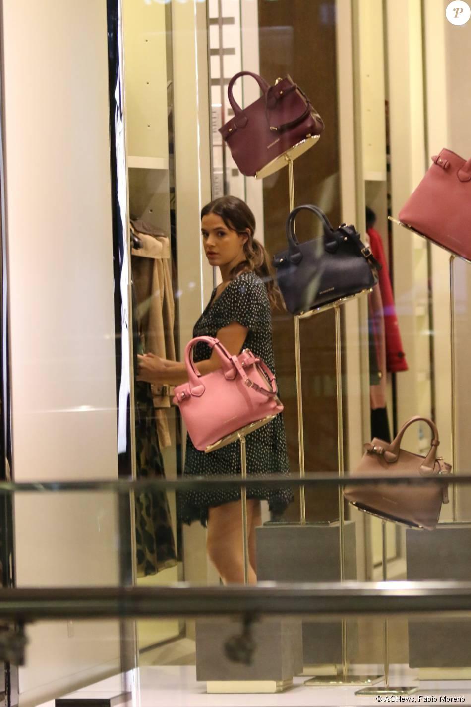 6f7de2ebed5 Bruna Marquezine também entrou um uma loja de bolsas no shopping Village  Mall na Zona Oeste do Rio de Janeiro
