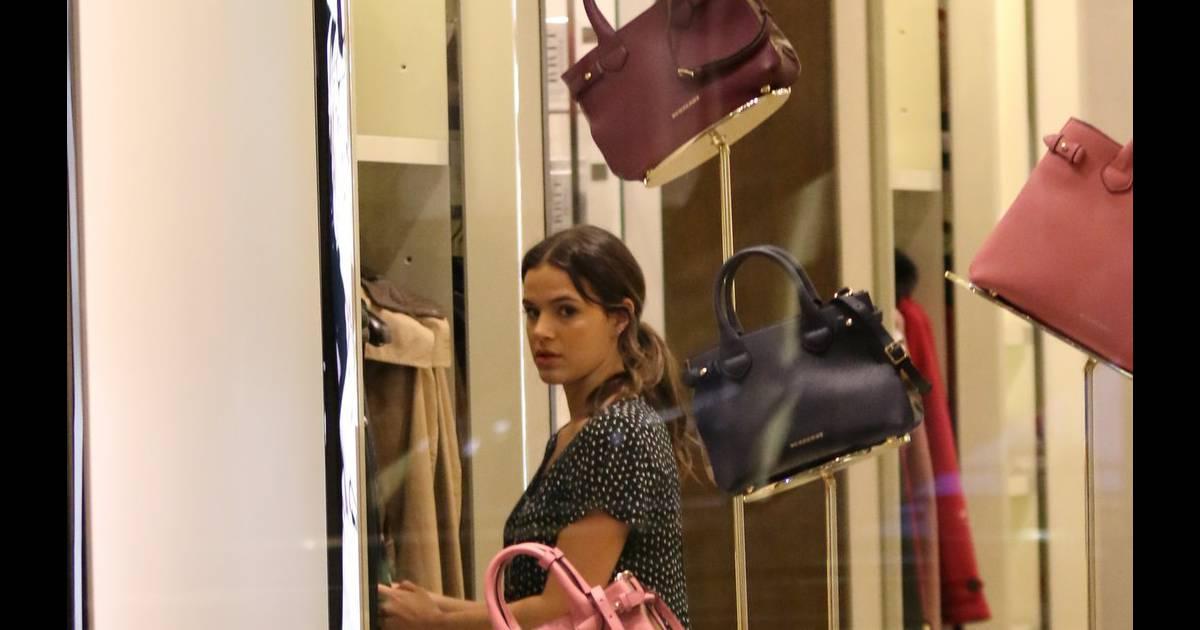 fe1a579508d Bruna Marquezine também entrou um uma loja de bolsas no shopping Village  Mall na Zona Oeste do Rio de Janeiro - Purepeople