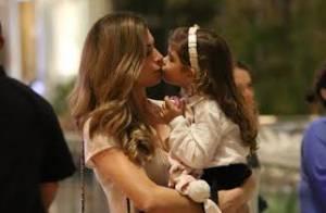 Grazi Massafera dá selinho na filha, Sofia, durante passeio em shopping no Rio