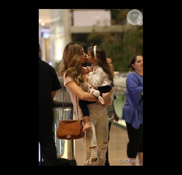 Grazi Massafera se diverte em passeio com a filha Sophia