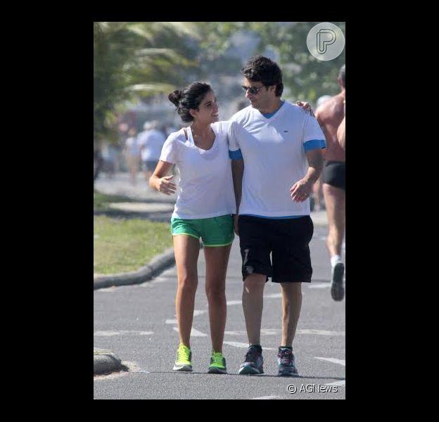 Vanessa Giácomo caminha com o marido Giuseppe Dioguradi na praia da Barra da Tijuca, Zona Oeste do Rio de Janeiro