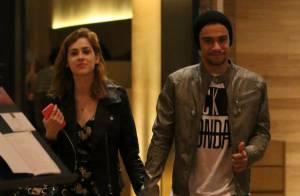Sophia Abrahão e Sergio Malheiros trocam beijos em passeio em shopping no Rio
