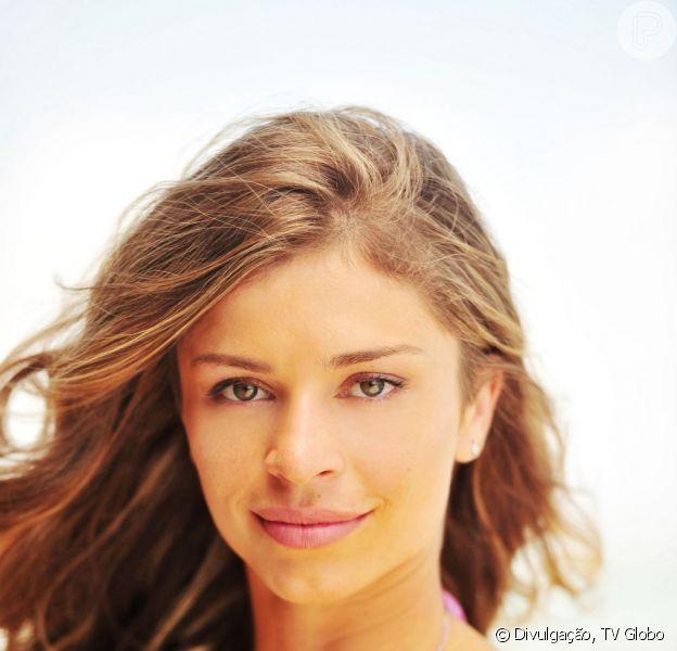 Ester (Grazi Massafera) atira em Alberto (Igor Rickli) para salvar a vida de Samuel (Juca de Oliveira), seu pai, em 'Flor do Caribe', em julho de 2013