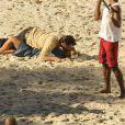 O vestido de Carolina Dieckmann subiu enquanto a atriz beijava Domingos Montagner em cena de 'Joia Rara', na praia de Abricó