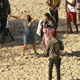 'Joia Rara': Após gravar cenas com Domingos Montagner, Carolina Dieckman diverte a equipe da novela com jeitinho saltitante