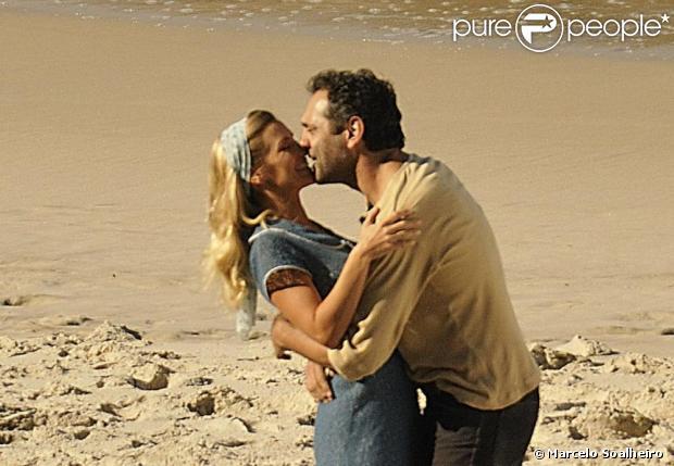 Carolina Dieckmann e Domingos Montagner gravam cenas românitcas da próxima novela das seis, 'Joia Rara', na praia do Abricó, em julho de 2013