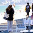 Giovanna Antonelli tentou fugir do vento frio da tarde desta segunda-feira (8), em praia da Zona Sul do Rio de Janeiro