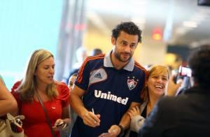 Fred, cercado por fãs em aeroporto do Rio, posa para fotos e dá autógrafos