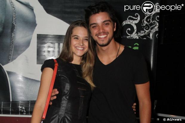 Rodrigo Simas e Juliana Paiva estão namorando na vida real e aguardam o momento certo para assumir o relacionamento. A informação é da coluna 'Retratos da Vida', do jornal carioca 'Extra' de 15 de julho de 2013