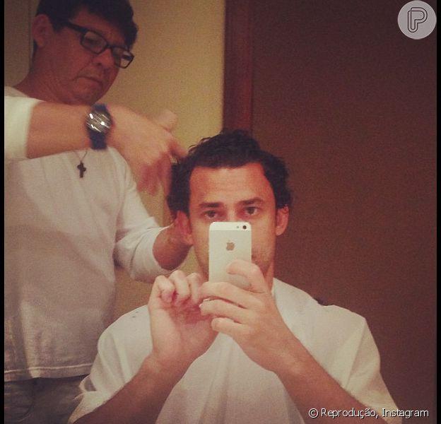 Fred publica foto cortando os cabelos em sua conta do instagram em 16 de julho de 2013