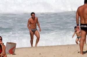 Jogador Fred é cercado por fãs em dia de praia no Rio de Janeiro