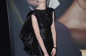 Anne Hathaway opta por sandália inusitada em pré-estreia de 'Os miseráveis'