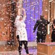 Izabel Alvares levanta o seu troféu como grande vencedora da segunda temporada do 'MasterChef Brasil', na madrugada desta quarta-feira, 16 de fevereiro de 2015