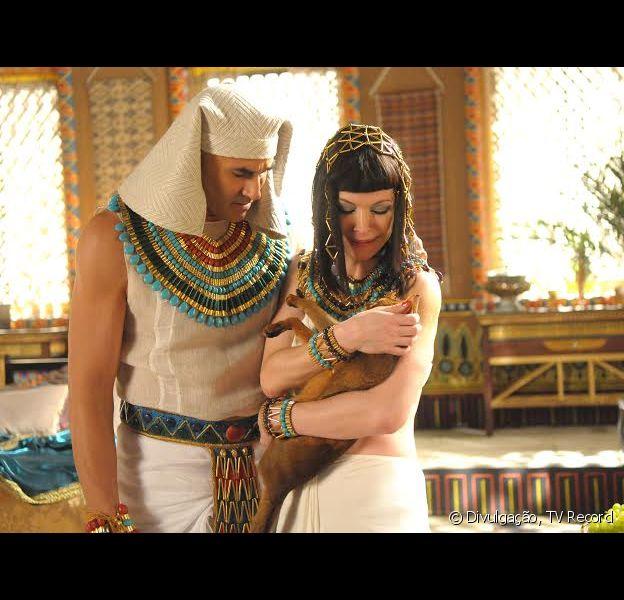 Tais (Babi Xavier) com a gata Mekal no colo. O Egito sofrerá com a chegada da quinta praga: peste nos animais