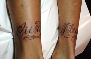 Neymar tatua as palavras ousadia e alegria na parte de trás dos tornozelos